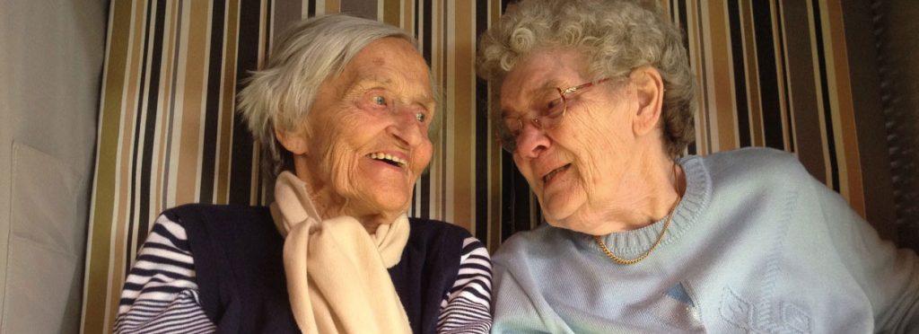 Zwei ältere Damen im Strandkorb - Ihr Ambulanter Pflegedienst Harmonie GmbH in Hamm.